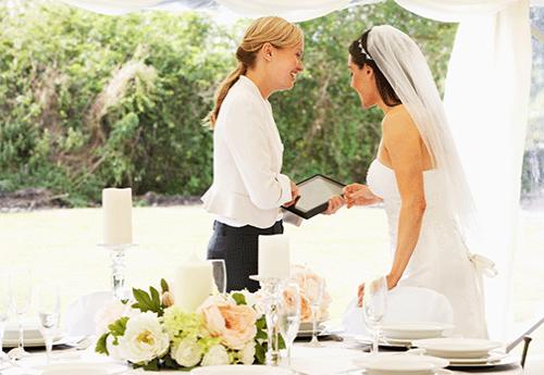 Praca wedding plannera nie kończy się tylko na organizacji, trzeba także mieć pod kontrolą przebieg całego przyjęcia ;)
