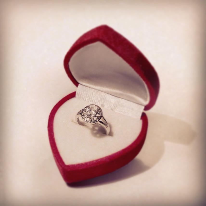 Pamiętajmy o odpowiednim opakowaniu pierścionka zaręczynowego.