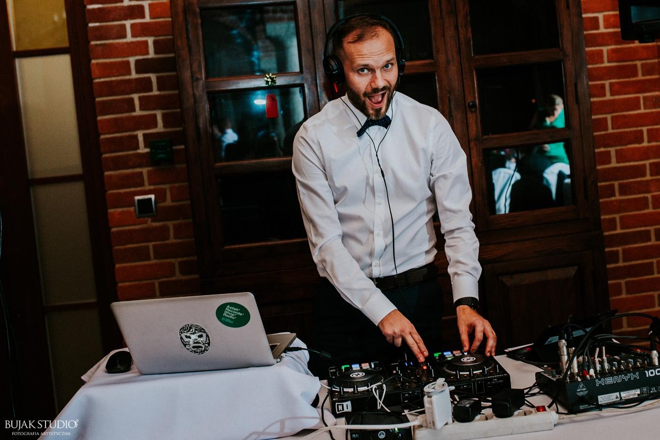 DJ na wesele to pierwszy punkt na liście obowiązków Pary Młodej.