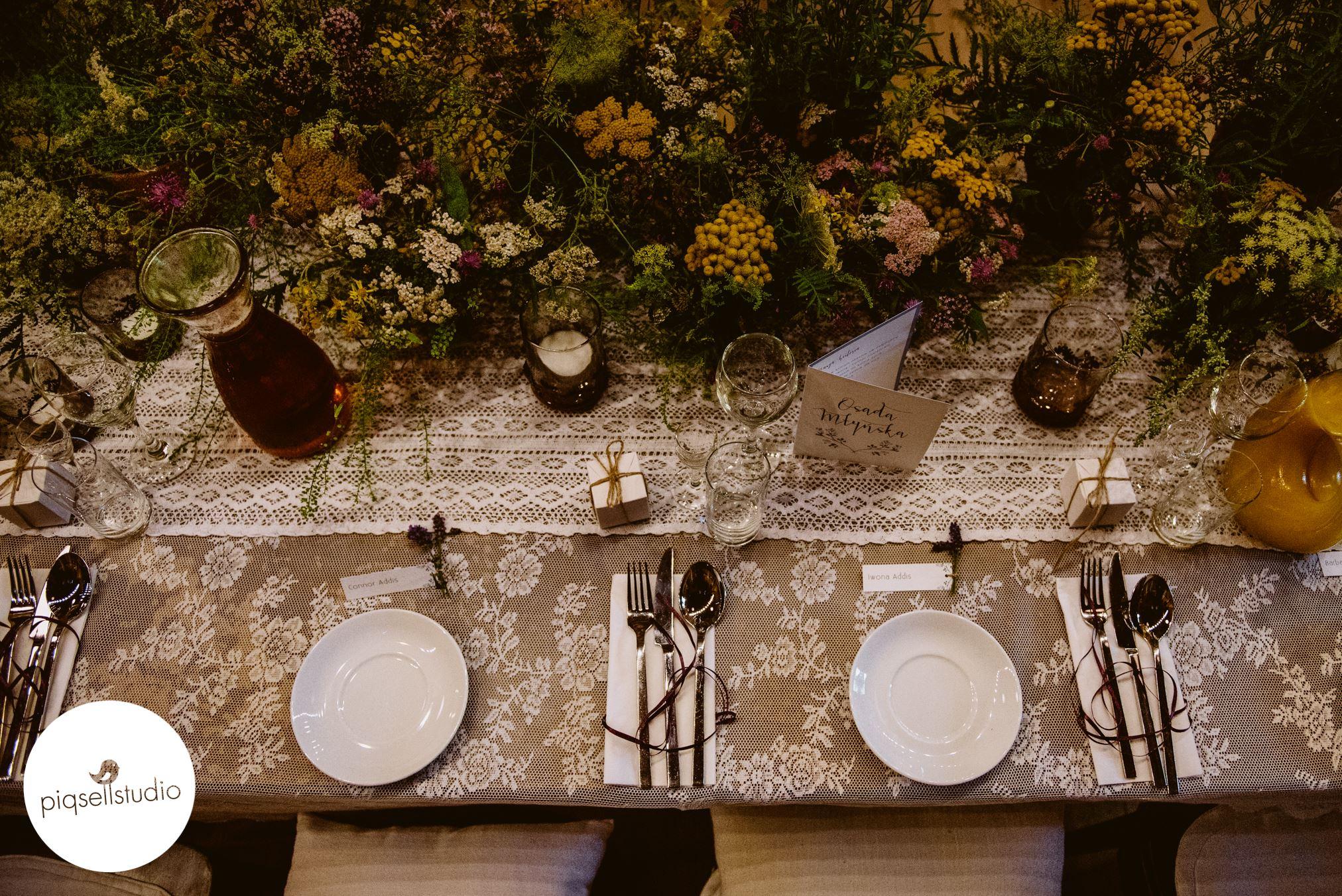 Koordynatorka ślubna dopilnuje dekoracji.