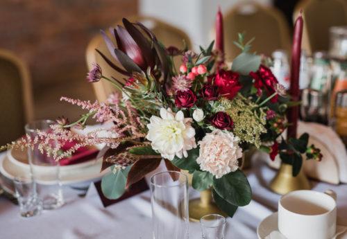 wesele marsala, jesienne wesele, dekoracja weselna, kwiaty na wesele